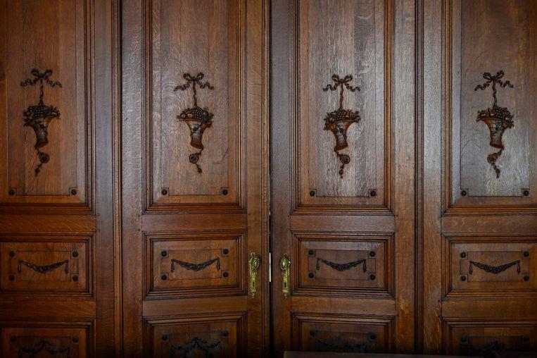 Het prachtige houtsnijwerk op de deuren is met de hand vervaardigd. Elke fruitmand bevat andere vruchten.