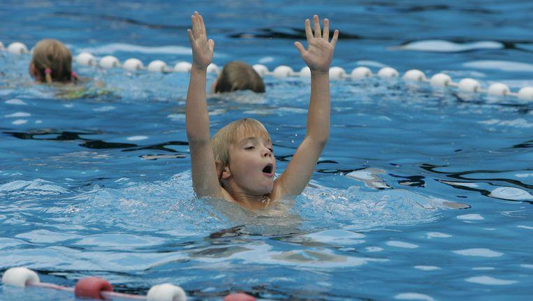 Een jongen is aan het watertrappelen tijdens het afzwemmen. Beeld ANP