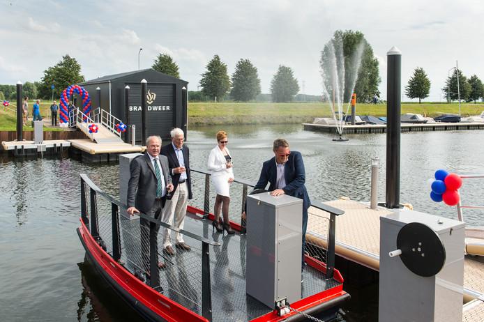 Met het op en neer varen van het nieuwe pontje in Drimmelen is de opening een feit. Vlnr Burgemeester de Kok, Dirk Kalis, Renate Ilmer en Dylan Kalis. Foto René