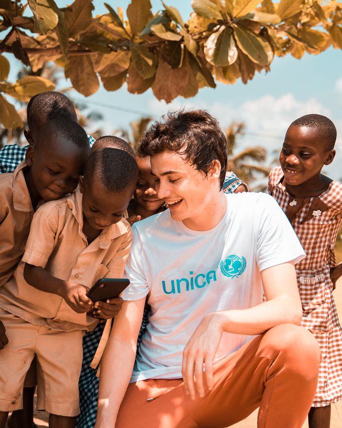 Dj Henri PFR trok als Unicef-ambassadeur naar Ivoorkust, waar de ngo scholen bouwt met gerecycleerde stenen uit plastic.
