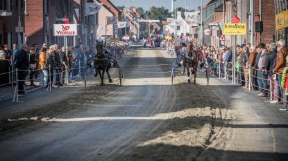 Bokskampioene Delfine Persoon en burgemeester Dochy nemen deel aan Winkel Koerse