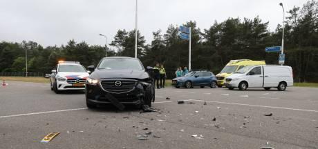 Vrouw gewond en twee auto's flink beschadigd door harde botsing bij oprit A1 ter hoogte van Uddel