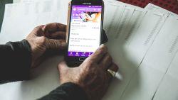 Jeanine (76) krijgt een gsm-factuur van 369 euro omdat noodknop zelf 558 keer naar alarmcentrale belt