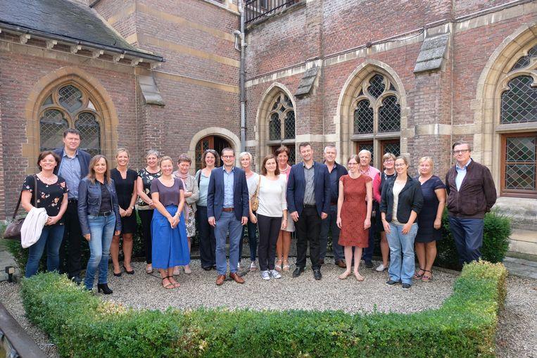 Schepen Van Trimpont, directies van de basisscholen en de Kunstacademie en kunstdocenten bij de start van de nieuwe samenwerking.