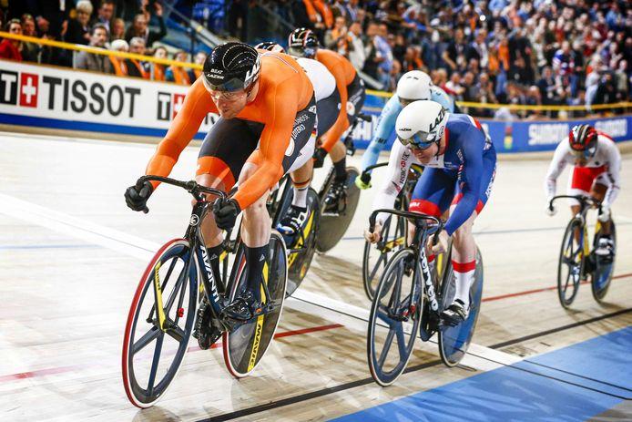 Matthijs Buchli in actie op het WK baanwielrennen 2018 in Apeldoorn. Hij rijdt op kop in de finale van de keirin.
