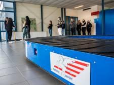 Vertrekhal Twente Airport na jaren weer in gebruik: 'Zelfs de kofferband werkt nog'