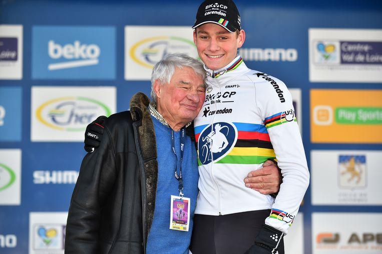 Raymond Poulidor en Mathieu van der Poel op het podium nadat Mathieu een wereldbekerwedstrijd veldrijden heeft gewonnen in het Franse Lignieres-en-Berry, januari 2016. Beeld Getty