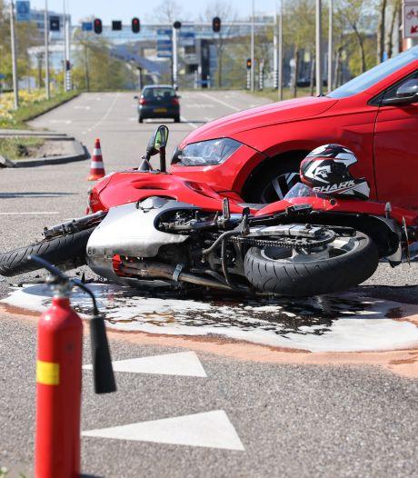 Motorrijder gewond na botsing met auto in Zwolle, Burgemeester Roelenweg deels afgesloten