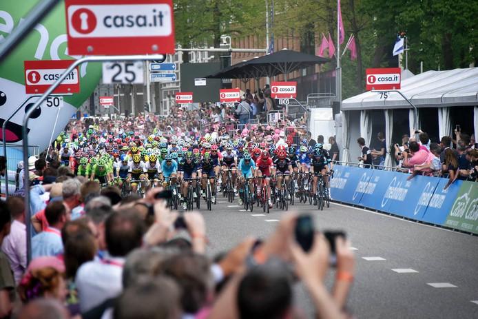 Duizenden mensen zien de aankomst van de renners in Nijmegen.