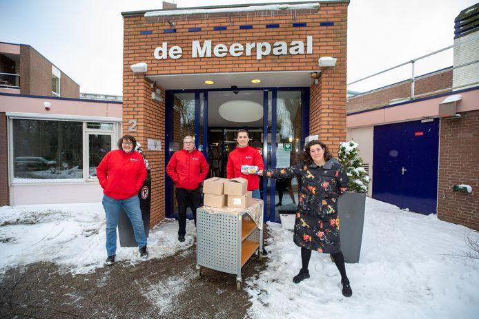Jarige Pvda trakteert stroopwafels aan zorgpersoneel.