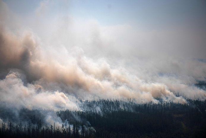 Cette photo aérienne prise depuis un avion le 27 juillet 2021 montre la fumée s'élevant d'un feu de forêt à l'extérieur du village de Berdigestyakh, dans la république de Sakha, en Sibérie.