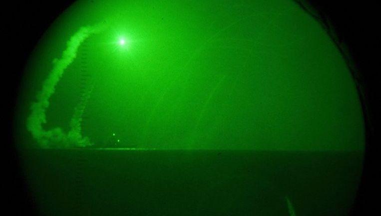 Boven en onder: beelden van raketten die vannacht werden afgevuurd op doelen in Libië, beschikbaar gesteld door de US Marine Visual News Service. Beeld afp
