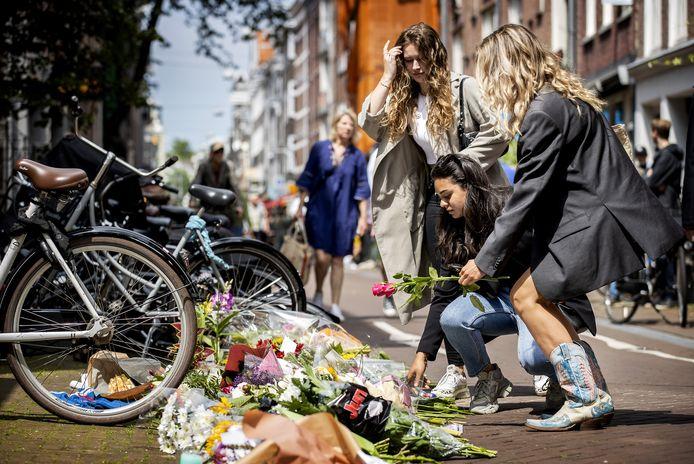 Mensen laten bloemen, kaarsjes en steunbetuigingen aan Peter R. de Vries achter in de Lange Leidsedwarsstraat in het centrum van Amsterdam. De misdaadverslaggever ligt zwaargewond in het ziekenhuis, na een aanslag op zijn leven.
