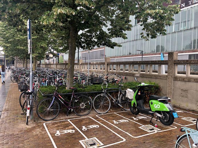 Bij het station staat een nieuwe, appelgroene deelscooter