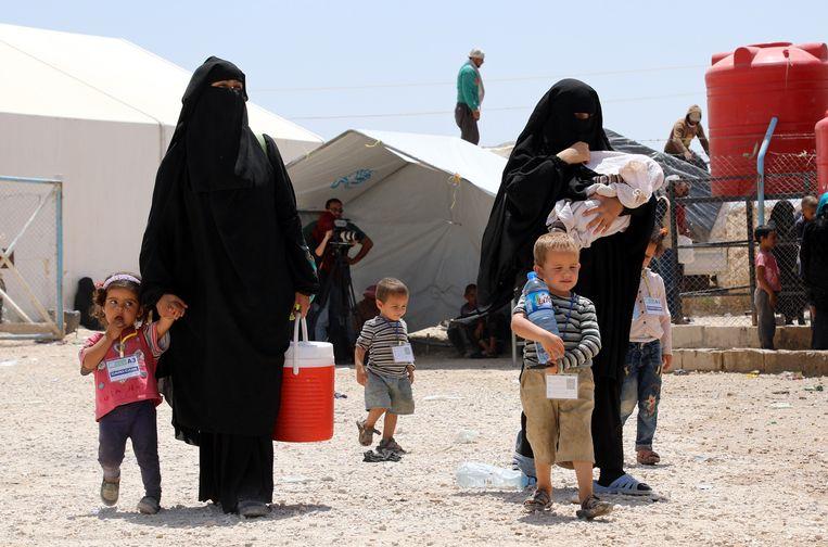 Vrouwen van IS vechters met hun kinderen tijdens hun deportatie van het Al Hol kamp in Syrië. Beeld EPA