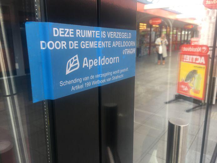 Burgemeester Ton Heerts liet dit pand verzegelen op De Mheen in Apeldoorn.