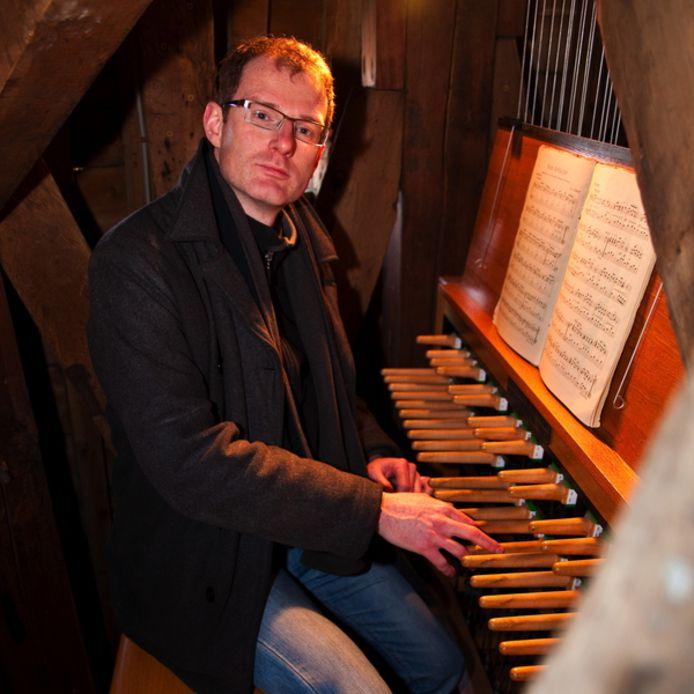 Janno den Engelsman achter het klavier van het Zierikzeese carillon.