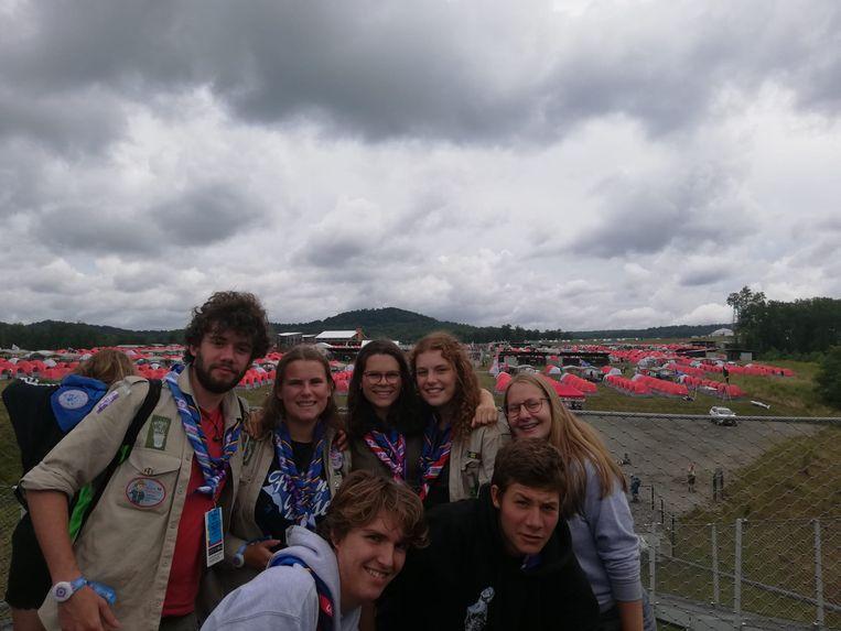De scoutsmeisjes met enkele vrienden aan het gigantische tentenkamp voor de WereldJamboree in West-Virginia.