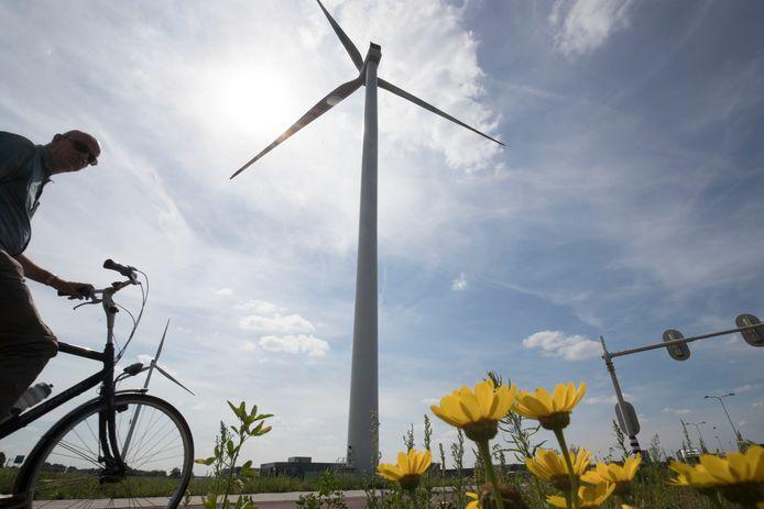 Een van de twee windmolens die al langs de A30 staan.