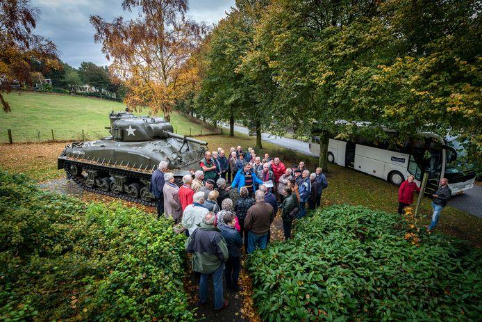 Reisclub De Brabantse Wal houdt al sinds 2016 de rondrit 'De Slag om Woensdrecht'. Hier bekijken deelnemers de Shermantank in het dorp. Zaterdag begeleidt militair historicus Johan van Doorn de busexcursie weer.
