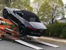 Une Jaguar tombe du camion lors de sa livraison