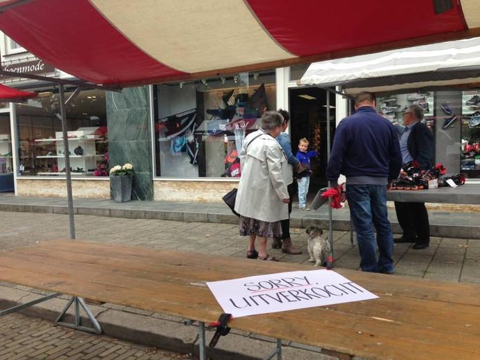 Vele verkopers en bezoekers zijn ondanks de buitjes naar braderie d'n Delkant gekomen.