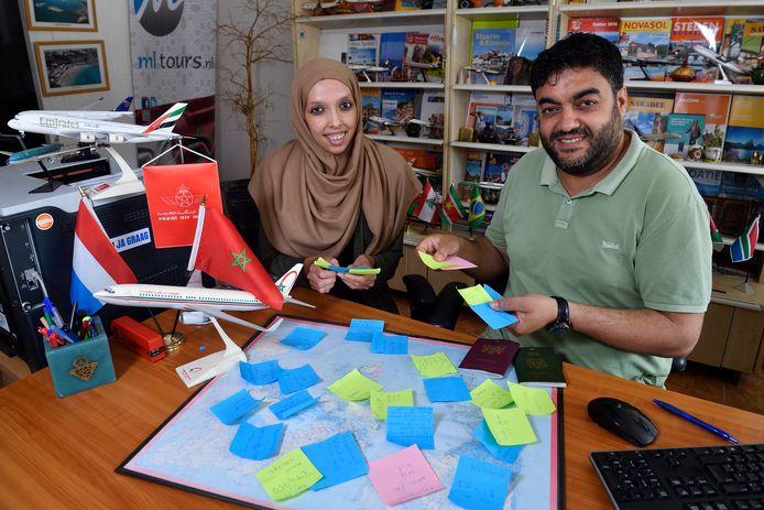 Nour Saïd Belkasmi en stagiaire Bouchra El Khinitri  van reisbureau Belkasmi. Ze hebben handenvol briefjes met familie's die graag  naar Marokko willen met een goedkope vliegreis