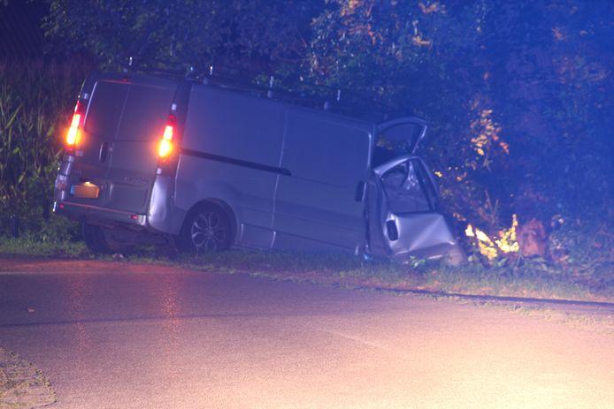 De auto vloog uit de bocht en raakte daarbij de kast van een gasleiding.