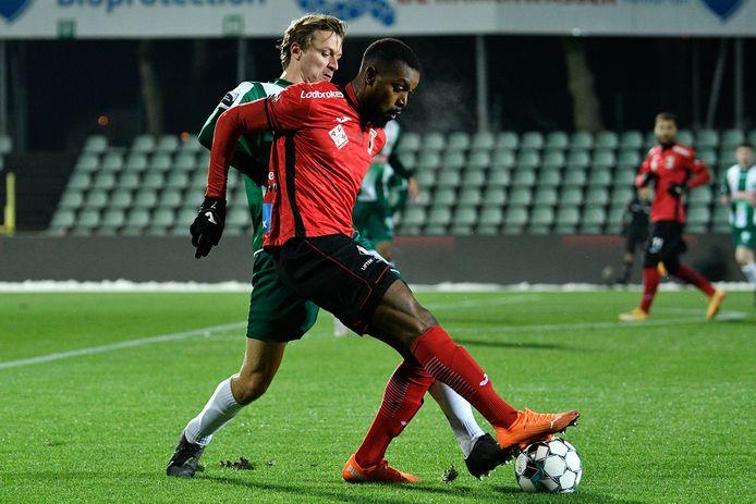 Ondanks twee doelpunten van Nzuzi, hier in duel met Lommel-verdediger Neven, beet RWDM opnieuw in het zand. Of beter: in de sneeuw.
