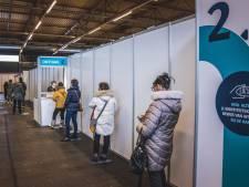 """In Flanders Expo gaat geen énkel vaccin verloren: """"We werken met inschrijvingen en bereiden de vaccins ter plaatse"""""""