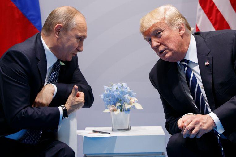 De Russische president Vladimir Poetin (links) tijdens een ontmoeting met zijn Amerikaanse collega Donald Trump. Beeld AP
