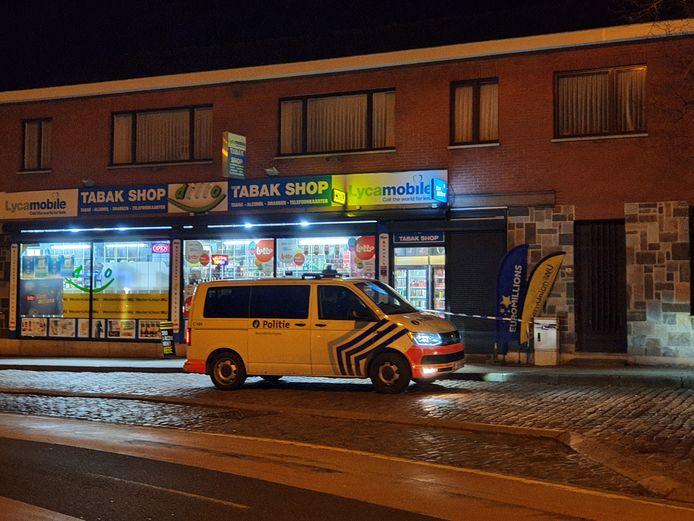 De nachtwinkel werd overvallen door drie gemaskerde mannen. Een van hen was gewapend met een manchete.