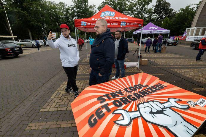 Beeld van de actie op 2 juli in Eindhoven, toen ruim 1600 stakers van metaalbedrijven in Zuid-Nederland zich inschreven op het parkeerterrein bij het Parktheater.