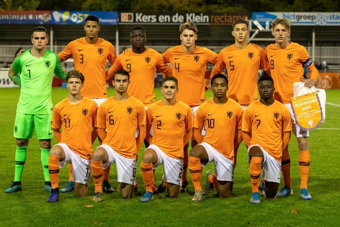 Bart van Rooij (nummer 2) voor de interland van Oranje Onder 19 tegen Mexico in 2019.