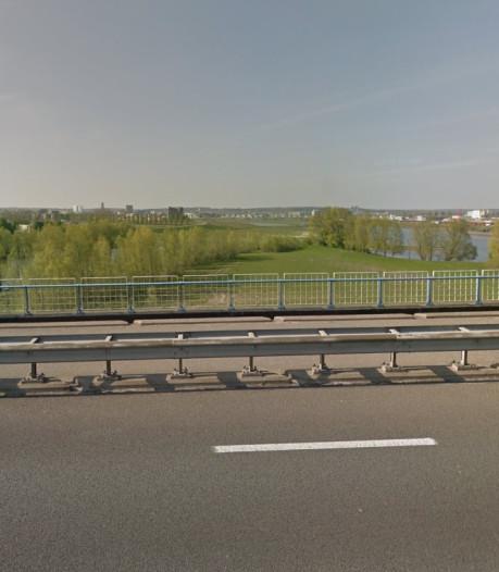 Fietser uit Arnhem gewond door aanrijding met bromfiets op gladde Pleijbrug