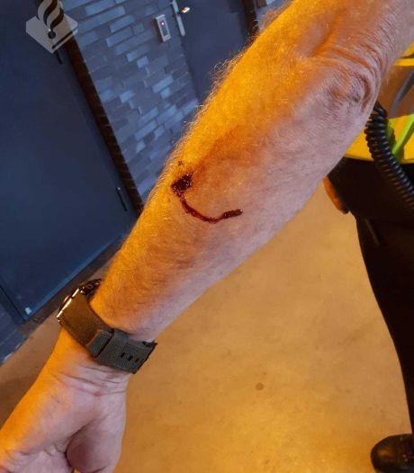 Man uit Hengelo gooit met bijl en bijt politieagent bij aanhouding