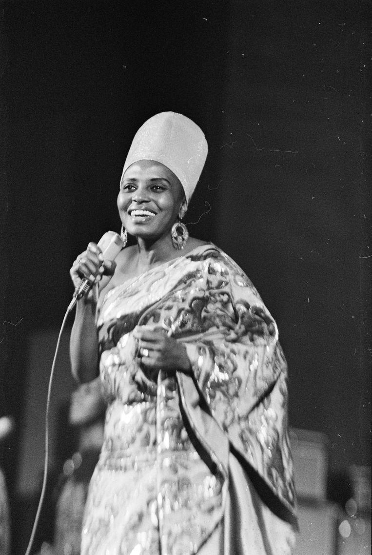 Eén van de eerste dingen die Nelson Mandela deed na zijn vrijlating in 1990 was Miriam Makeba bellen. Op zijn uitnodiging kwam ze op 10 juni naar Zuid-Afrika, na dertig jaar ballingschap, om het graf van haar moeder te bezoeken. Deze foto komt van een optreden dat ze in 1969 in Amsterdam gaf. Beeld ANP