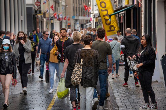 Winkelend publiek in Breda.