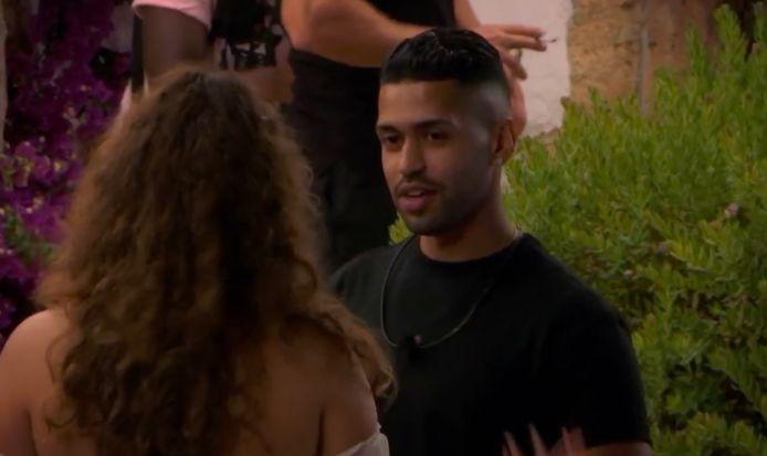 Efrain flirt met Shallie tijdens 'Temptation Island: Love or Leave'.