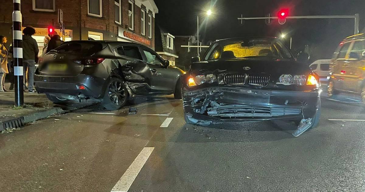 Twee auto's zwaar beschadigd door ongeluk op Haaksbergerstraat in Enschede.