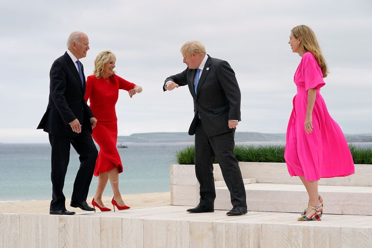 Amerikaans president Joe Biden and first lady Jill Biden worden op de G7 begroet door de Britse premier Boris Johnson en zijn vrouw Carrie Johnson. Beeld AP