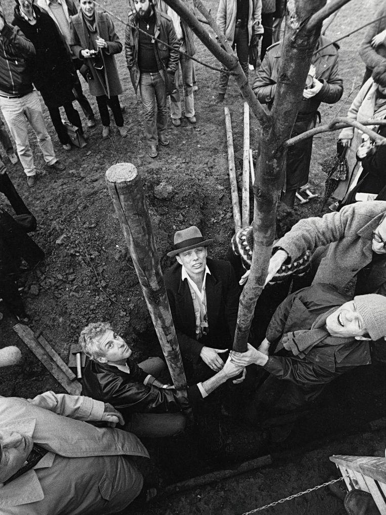 Carl Giskes (rechts) hielp Joseph Beuys met het plaatsen van basaltblokken naast de bomen van het werk 7000 Eichen. Beeld Archief Carl Giskes