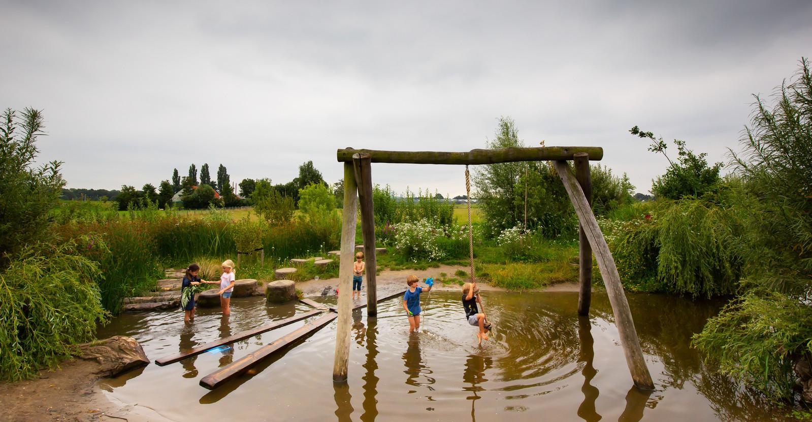 Kinderen spelen bij de belevenisboerderij Schieveen.