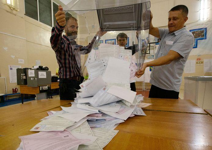 Het legen van de stembussen in  Vladivostok.
