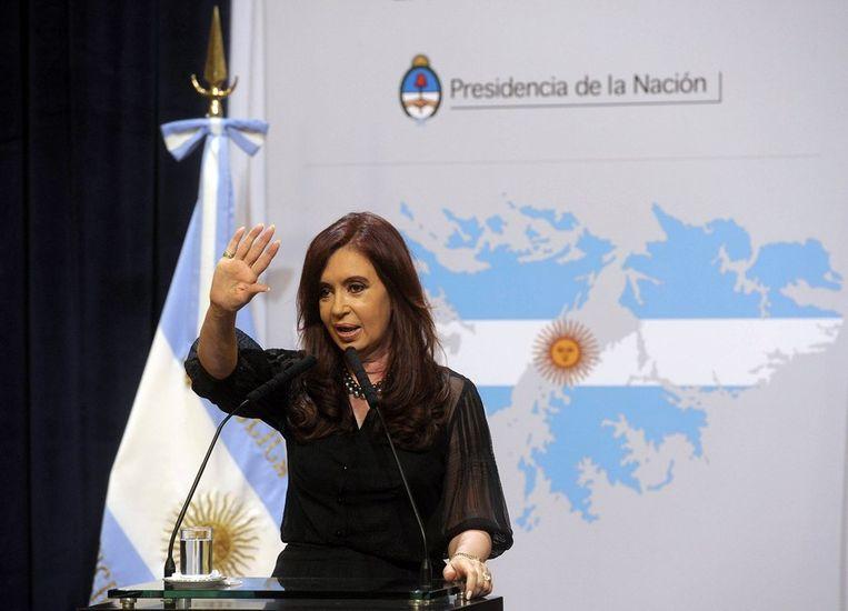 De Argentijnse president Fernandez de Kirchner. Achter haar een kaart van de Falklands in de kleuren van de Argentijnse vlag. Beeld afp