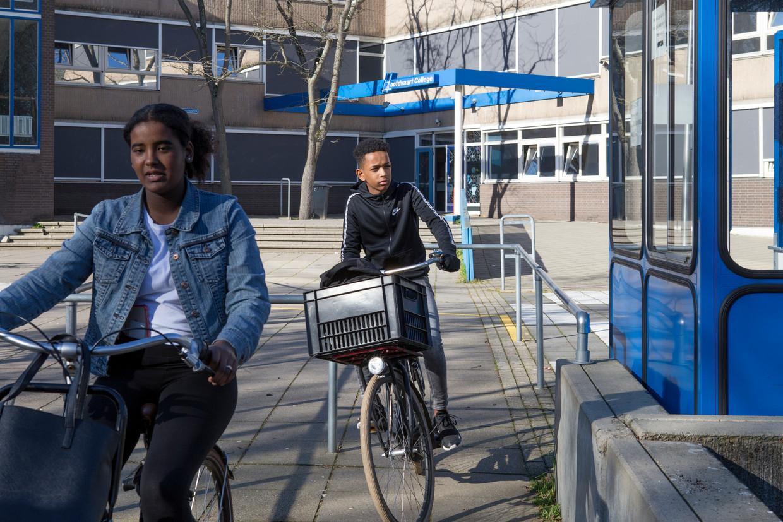 Leerlingen, niet betrokken bij het voorval met de techniekinstructeur, verlaten het schoolplein van het Hoofdvaart College.  Beeld Pauline Marie Niks