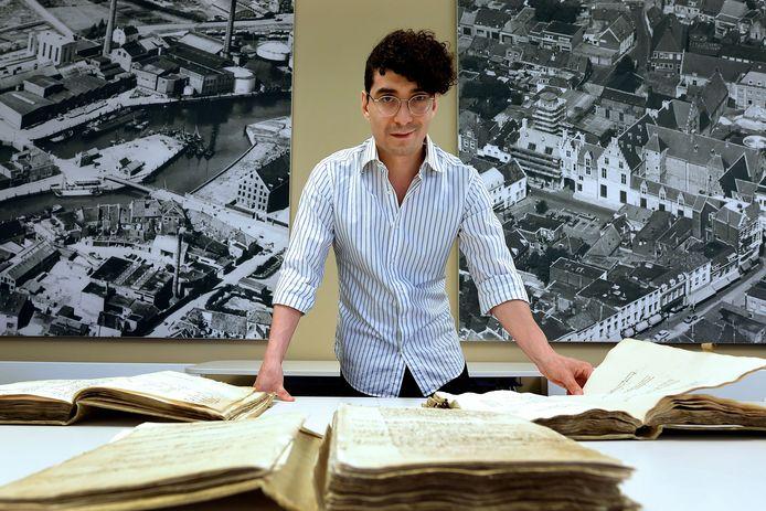 Taalkundige Peter-Alexander Kerkhof onderzoekt West-Brabantse belastingregisters uit de middeleeuwen.