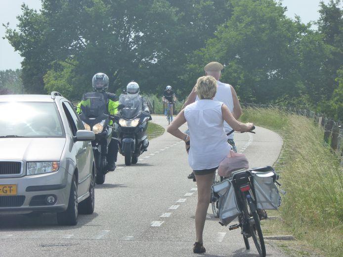 Drukte op de Lekdijk West bij Lopik op deze zondag. Deze motorrijders negeren het verbodsbord op de Lekdijk West bij de Zijdeweg.