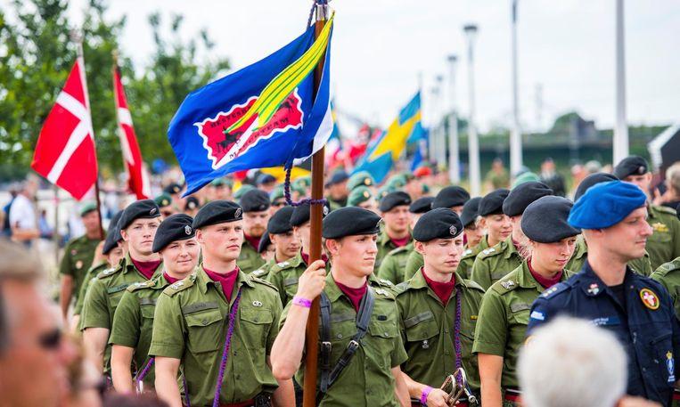 De deelnemers van de jubileumtochten tijdens de Vlaggenparade op de Waalbrug. Beeld anp