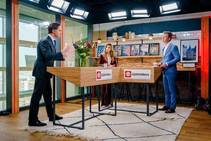 Mark Rutte van de VVD tijdens zijn optreden in de studio bij het AD. Ook op de foto presentatrice Hila Noorzai en chef politiek Hans van Soest.